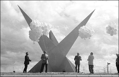 Dreispitz Einweihung - Von links: Künstler Reinhard Bombsch, Bürgermeister Ulrich May, Sparkassendirektor Georg Belle und Prof. Dr. Hans Hofstetter