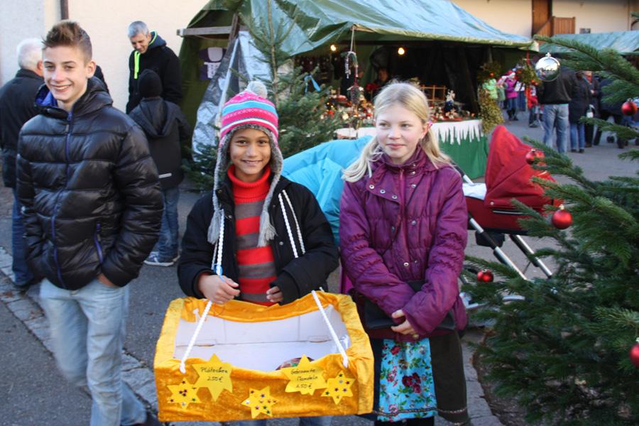 Kinder auf dem Weihnachtsmarkt