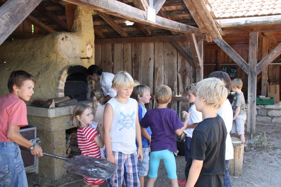 Kinder am Holzofen