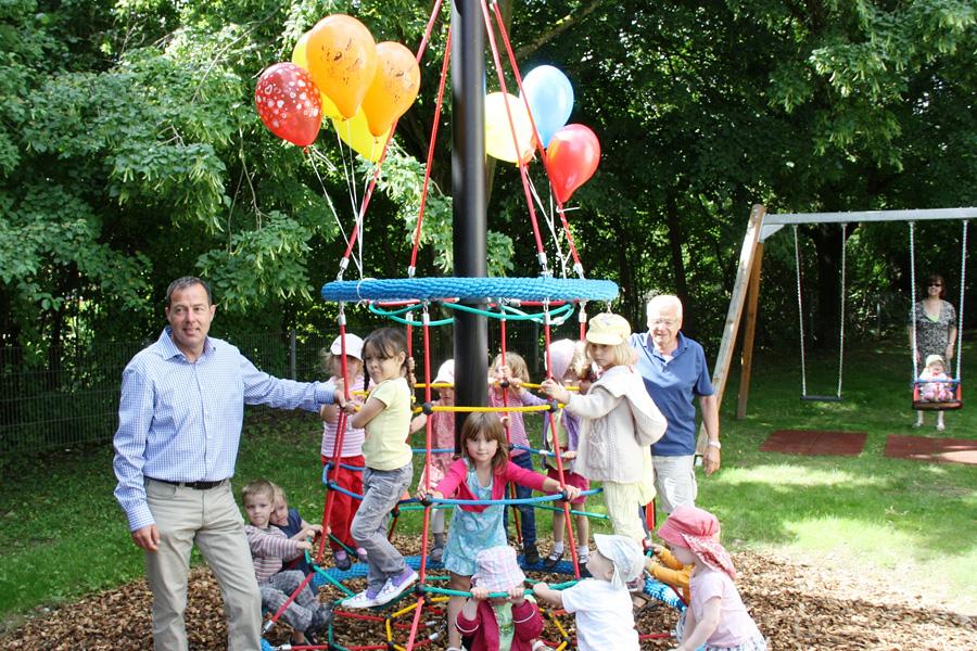 Kinder mit Bürgermeister Schneucker