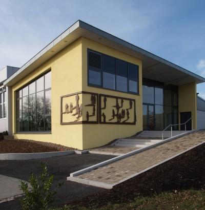 Sicht auf den Eingangsbereich der Gemeindehalle