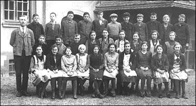 Lehrer Bracht mit den Jahrgängen 1920 - 1923